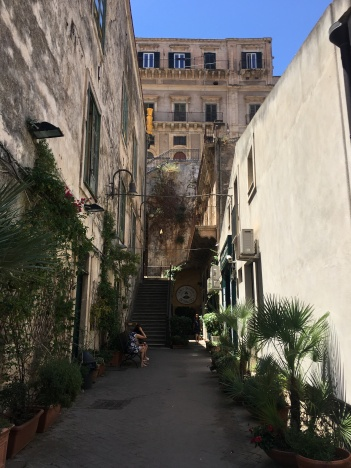 I love narrow streets.